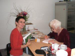 Das Bild zeigt Naomi Feil mit Andrea Stix